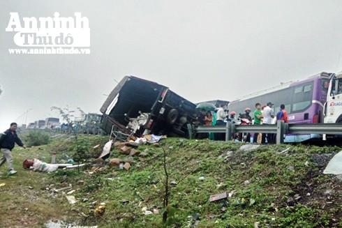 Tai nạn liên hoàn trên cầu Gianh, quốc lộ 1A tắc nghẽn hàng km