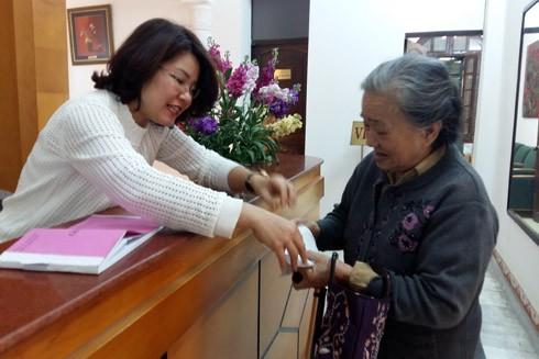 """Cụ bà 84 tuổi """"bắt"""" xe ôm đến báo ANTĐ ủng hộ tiền cho bệnh nhi ung thư"""