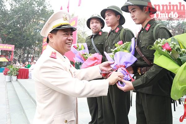 Thiếu tướng Đoàn Duy Khương-Ủy viên Ban Thường vụ Thành ủy, Phó Chủ tịch Hội đồng nghĩa vụ quân sự thành phố, Bí thư Đảng ủy, Giám đốc CATP Hà Nội tặng hoa và động viên các tân binh