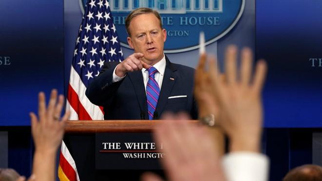 Phát ngôn viên Sean Spicer trong một cuộc họp báo tại Nhà Trắng (Ảnh: Reuters)