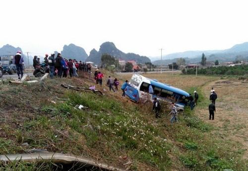 Xe khách nổ lốp húc tung lan can lao xuống ruộng (Ảnh: Nguyễn Huân/VnExpress)