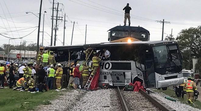 Hiện trường xe buýt bị tông - Ảnh: Reuters