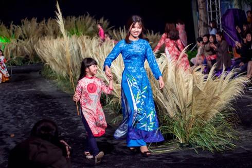 Ngắm nữ sinh Hà Nội duyên dáng, thướt tha trong tà áo dài