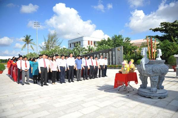 Đoàn đại biểu làm lễ tưởng niệm các Anh hùng liệt sĩ tại Đài tưởng niệm Tết Mậu Thân 1968
