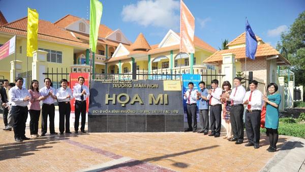 Đoàn đại biểu chúc mừng Trường mẫu giáo Họa Mi - Công trình Chào mừng Đại hội Đảng các cấp do VietinBank đầu tư tài trợ