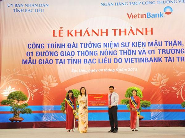 Chủ tịch HĐQT VietinBank Nguyễn Văn Thắng trao tài trợ cho tỉnh Bạc Liêu