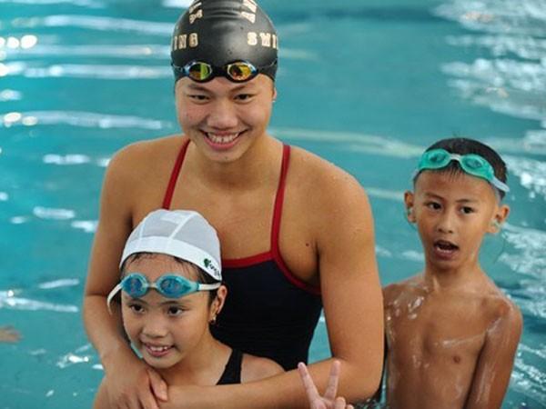 Ánh Viên bơi cùng các em thiếu nhi hoàn cảnh khó khăn của Hà Nội ảnh 1