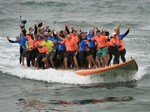 66 người chen chân trên ván lướt sóng ảnh 1