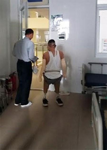 Đến nay, chiến sỹ Dương đã có thể tự đi một mình bằng chân giả. Ảnh: Phượng Hoàng