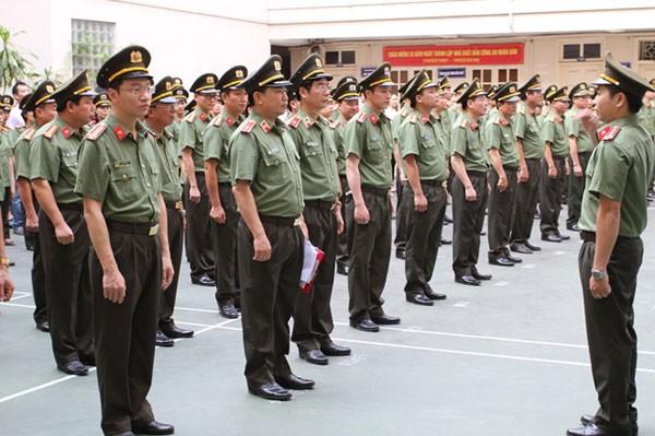 Các lực lượng từ sĩ quan, hạ sĩ quan, chiến sĩ, học viên đều đeo phù hiệu trên cổ áo khi sử dụng trang phục thường dùng.
