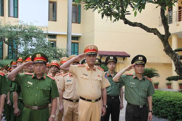 Lực lượng Công an thực hiện nghi lễ chào cờ trong trang phục mới