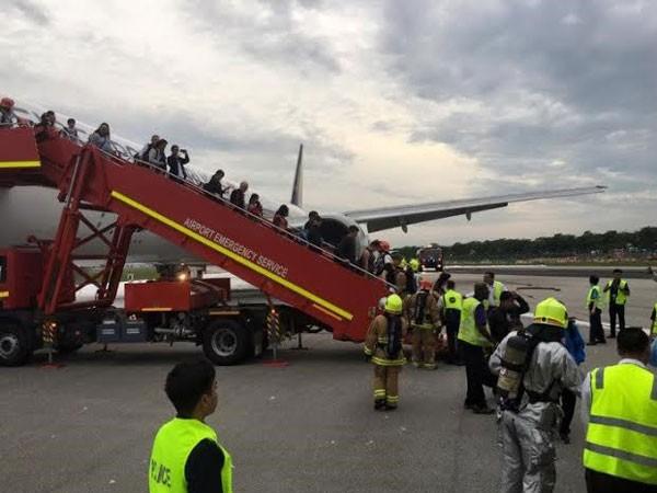 Một máy bay của Singapore bốc cháy trong khi hạ cánh khẩn cấp ảnh 1