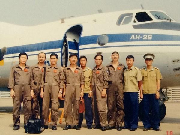 Phi hành đoàn thuộc Lữ đoàn 918 trở về sau chuyến bay biển ngày 18/3/2004. Ảnh tư liệu