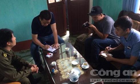 Trưởng công an xã Trịnh Tường Phạm Xuân An đang trao đổi