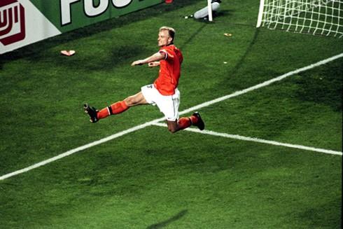 Dennis Bergkamp - Nhà tư tưởng hoàn hảo của bóng đá hoàn hảo