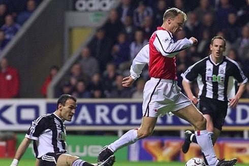Pha chạm bóng huyền thoại của anh trước Newcastle