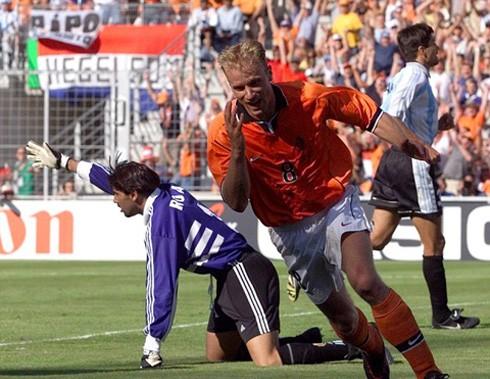 Bergkamp ăn mừng khoảnh khắc của sự nghiệp