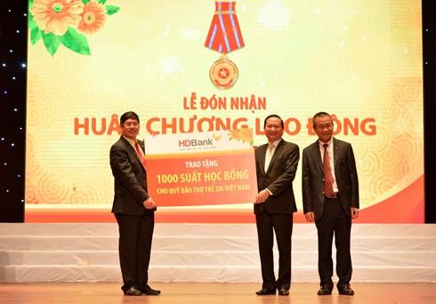Ông Lưu Đức Khánh – Thành viên HĐQT, ông Nguyễn Hữu Đặng, Tổng Giám đốc HDBank trao tặng 1.000 suất học bổng cho đại diện lãnh đạo Quỹ bảo trợ trẻ em Việt Nam