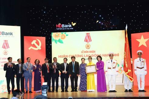 Bà Đặng Thị Ngọc Thịnh, Ủy viên Trung ương Đảng, Phó Chủ tịch Nước CHXHCN Việt Nam trao tặng Huân chương Lao động hạng Nhì và Cờ Thi đua Chính phủ cho Ban Lãnh đạo HDBank