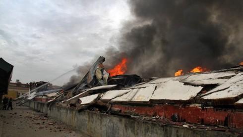 Đám cháy lớn khiến khói lửa bốc rất cao. (Ảnh: Trung Kiên/TTXVN)