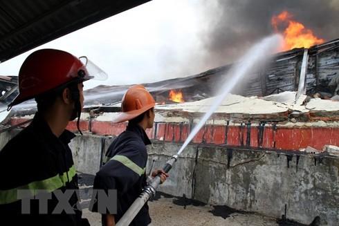 Lực lượng chức năng đã huy động hơn 20 xe chữa cháy