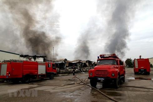 Xe chữa cháy tại khu vực cháy. (Ảnh: Trung Kiên/TTXVN)