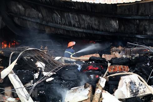 Đám cháy thiêu rụi nhiều tài sản. (Ảnh: Trung Kiên/TTXVN)