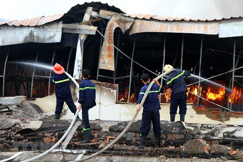 Lực lượng phòng cháy chữa cháy tích cực dập lửa tại khu vực cháy. (Ảnh: Trung Kiên/TTXVN)