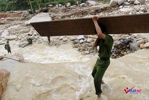 Hình ảnh gây xúc động mạnh về tình quân dân giữa vùng lũ Hà Giang