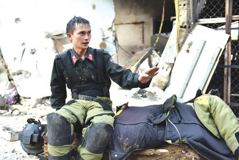 Phút giây nghỉ ngơi chớp nhoáng của người lính rà phá bom mìn