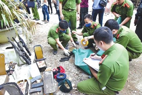 Các cán bộ, chiến sĩ Công an thống kê tang vật vũ khí tại nhà đối tượng Nguyễn Thanh Tuân