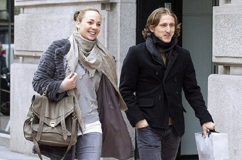 Luka Modric và bà xã Vanja Bosnic cùng nhau dạo phố