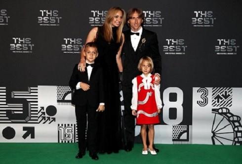 Gia đình Modric chụp ảnh tại thảm đỏ sự kiện FIFA The Best 2018