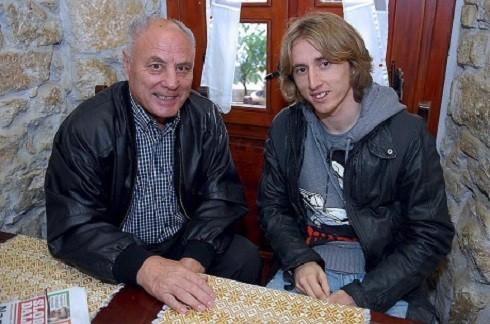 HLV Tomislav Basic và Luka Modric trò chuyện trong một buổi gặp thân mật