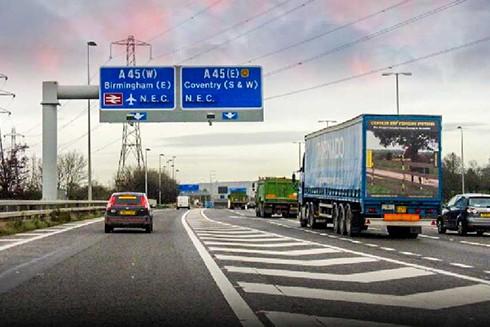 Các bảng điện tử gắn trên từng làn đường giúp quản lý các luồng xe cộ. Ảnh minh họa.