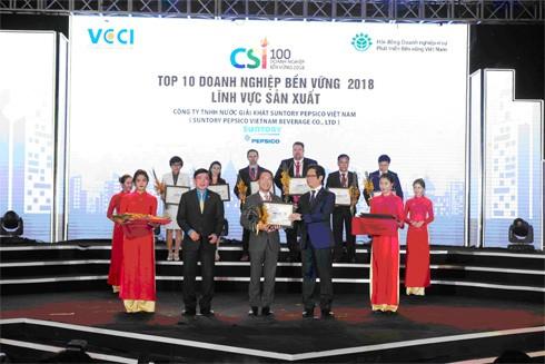 Đại diện Suntory PepsiCo Việt Nam nhận giải thưởng Doanh nghiệp Phát triển bền vững tại Việt Nam của VCCI