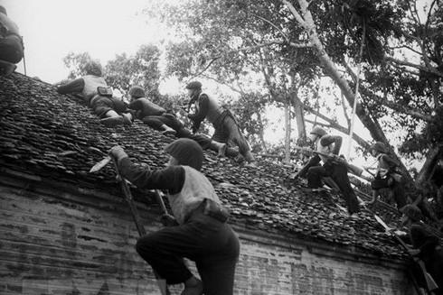 Chiến sỹ tự vệ và nhân dân Hà Nội đào hầm hào, xây dựng công sự để chuẩn bị chiến đấu chống quân Pháp. (Ảnh: TTXVN)