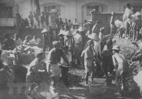 Các chiến sỹ Vệ Quốc đoàn chiến đấu kiên cường bảo vệ từng ngôi nhà, tấc đất của Thủ đô. (Ảnh: Tư liệu TTXVN)