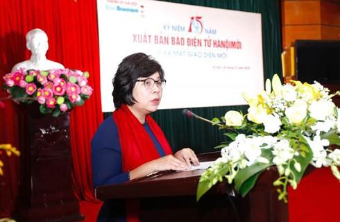 Phó Tổng Biên tập Báo Hànộimới Mai Thị Kim Thoa báo cáo tóm tắt kết quả hoạt động của Báo điện tử Hànộimới trong 15 năm qua