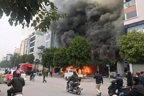 Hà Nội: Khống chế đám cháy lớn ở cửa hàng ăn uống trên phố Nguyễn Văn Huyên ảnh 1
