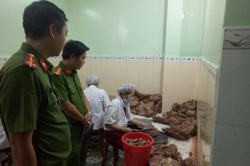 Cảnh sát kinh tế kiểm tra an toàn thực phẩm dịp Tết