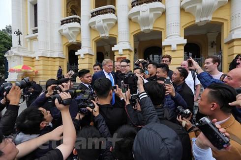 Hai vị lãnh đạo giả trước sự hâm mộ của báo chí và người dân Hà Nội (Ảnh: Minh Sơn/Vietnam+)