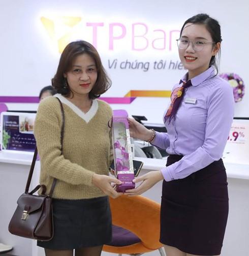 Nhiều chị em bất ngờ khi nhận được quà tại TPBank vào sáng 8-3