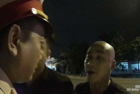 Đối tượng Trung có hành vi lăng mạ và tấn công CSGT trong đêm
