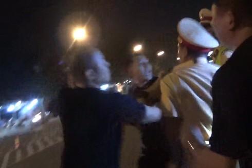 2 cảnh sát giao thông bị tấn công khi làm nhiệm vụ