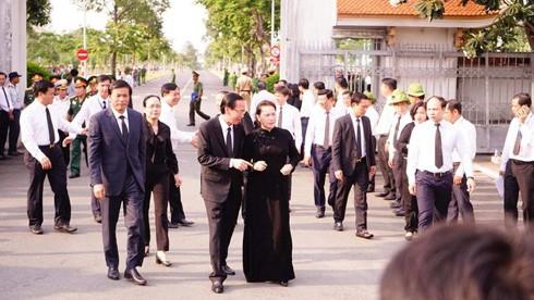Chủ tịch Quốc hội Nguyễn Thị Kim Ngân tới nghĩa trang cùng nhiều vị lãnh đạo trung ương và TPHCM. (Ảnh: Quốc Anh)