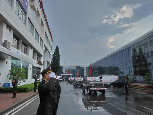 Đoàn xe nghi lễ và linh xa đưa linh cữu Đại tướng rời sân bay Tân Sơn Nhất. Bầu trời TP.HCM lúc này tuy còn nhiều mây đen nhưng đỡ ngớt mưa. (Ảnh: Nguyễn Quang)