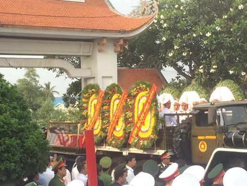 Linh xa đưa linh cữu Đại tướng tiến vào Nghĩa trang thành phố lúc 16h30. (Ảnh: Quốc Anh)