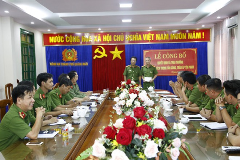 Đại tá Trần Văn Mạnh - Phó Giám đốc Công an tỉnh thưởng nóng cho Công an TP Quảng Ngãi