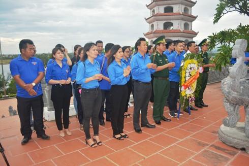 Đoàn thanh niên BĐBP Quảng Bình và Đoàn khối Doanh nghiệp tỉnh dâng hương đặt vòng hoa tại Đền tưởng niệm liệt sĩ Trường Sơn bến phà Long Đại
